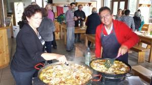 Succulente paella préparée par deux adhérents de notre Amicale, Santi et Ange.