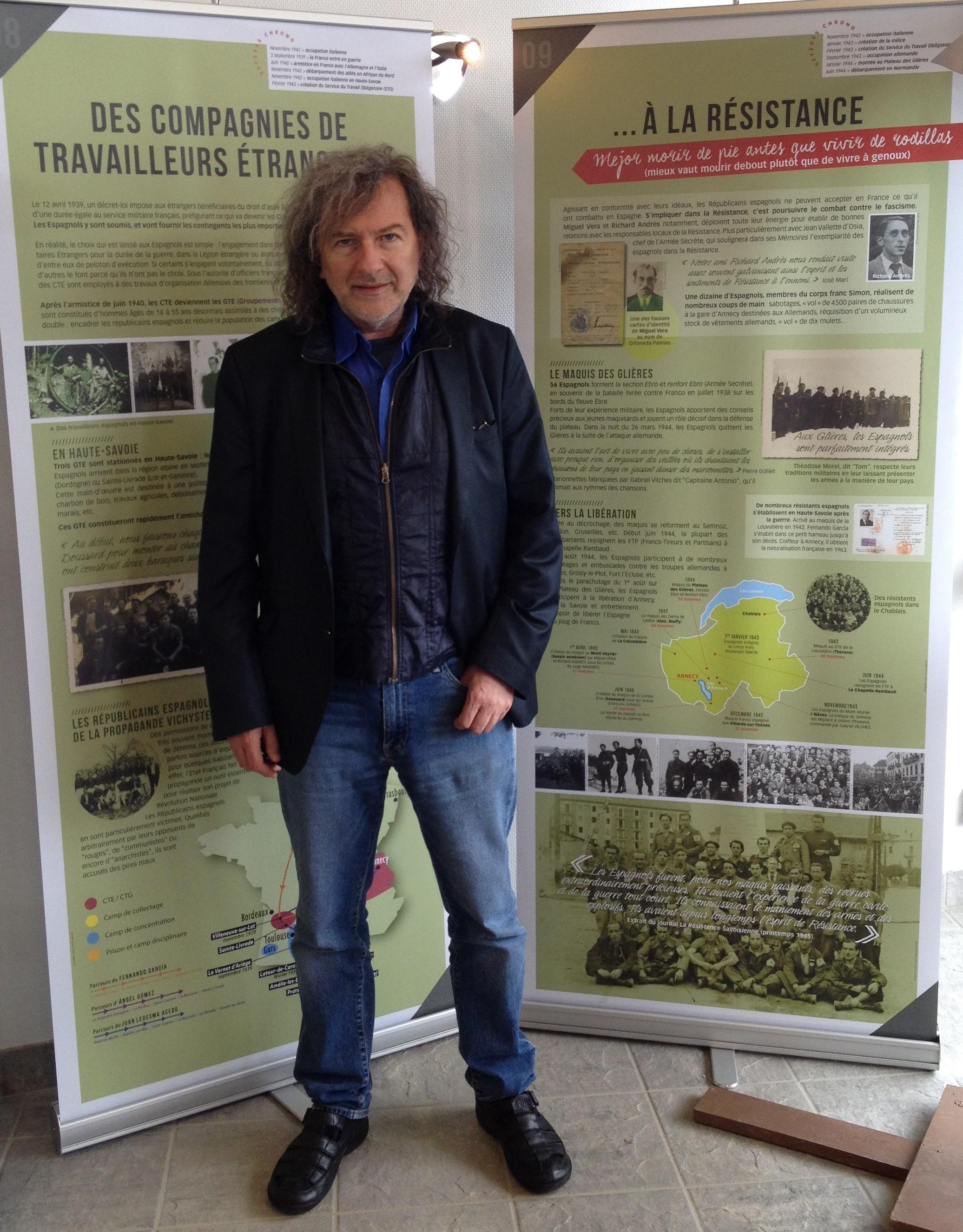 """Claudio Rodríguez Fer devant les panneaux de l'exposition """"En quête de Liberté"""" au plateau des Glières en juillet 2017."""