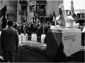 """Inauguration du """"Monument aux Espagnols"""" en 1952. De dos, au premier plan, le Commandant Miguel Vera."""