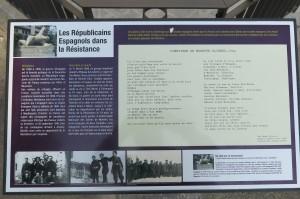 """Plaque explicative du """"Monument aux Espagnols"""" à Annecy, avec le poème de José Ángel Valente traduit en français par Jacques Ancet."""