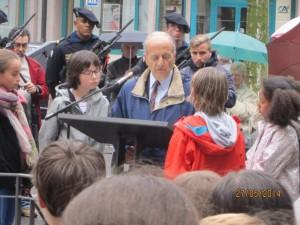 Miguel Vera en train de lire son discours.