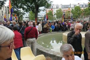 """Porte d'Italie. Le public, très nombreux, en attente des discours puis de la """"Marche sur les traces de la Nueve entrant dans Paris""""."""