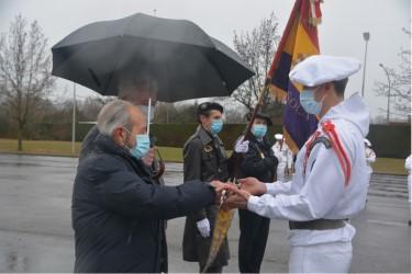 thumbnail_6- Miguel VERA remet le Fanion Section EBRO au Lieutenant qui va commander la Section EBRO